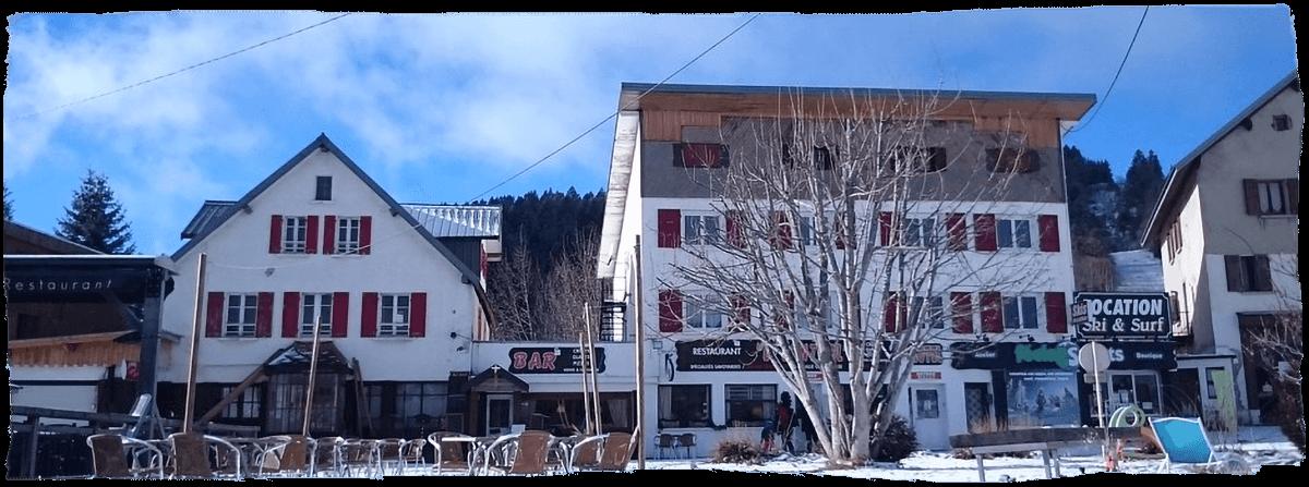 Façade de l'Hôtel Central à La Féclaz en hiver - Savoie